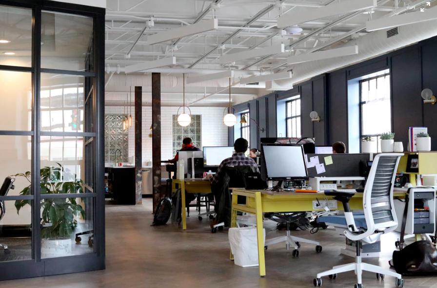 folk i ett öppet kontorslandskap första jobbet