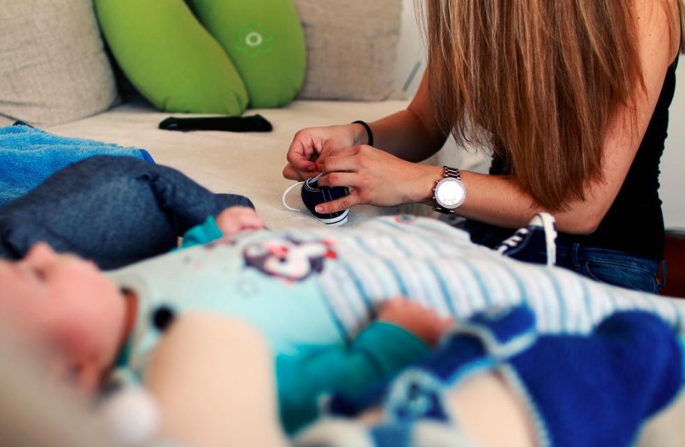 barnpassning, spädbarn i en soffa bredvid en flicka