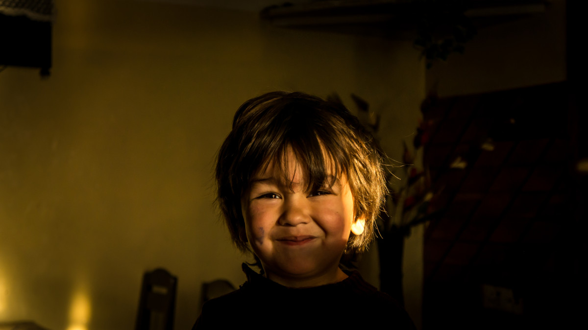 Pojke ler sol barnvakt barnpassning