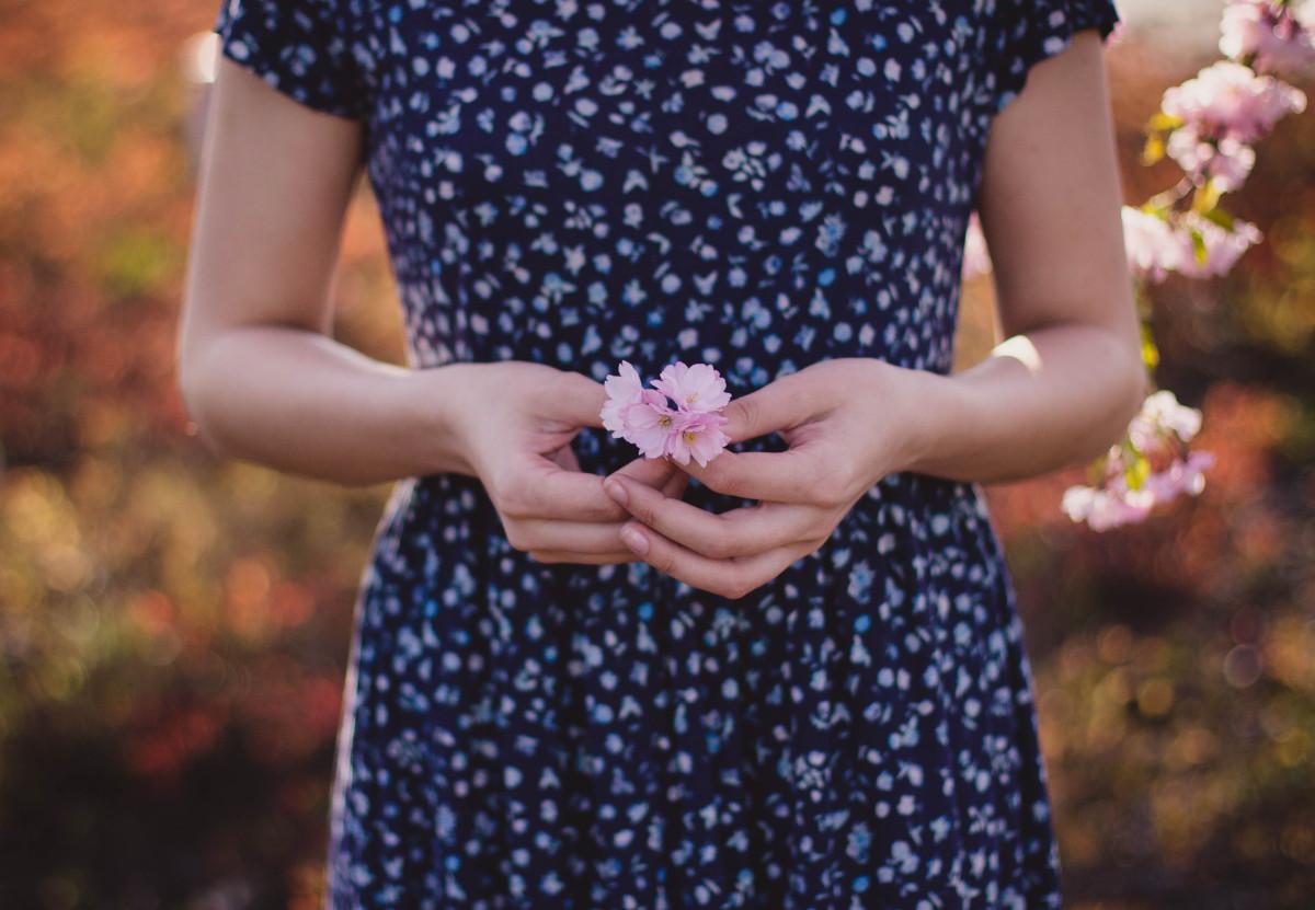blomma händer vår sol