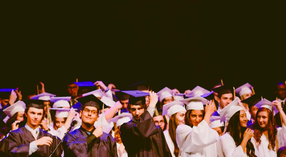 efter gymnasiet, studenter i en sal som tar examen