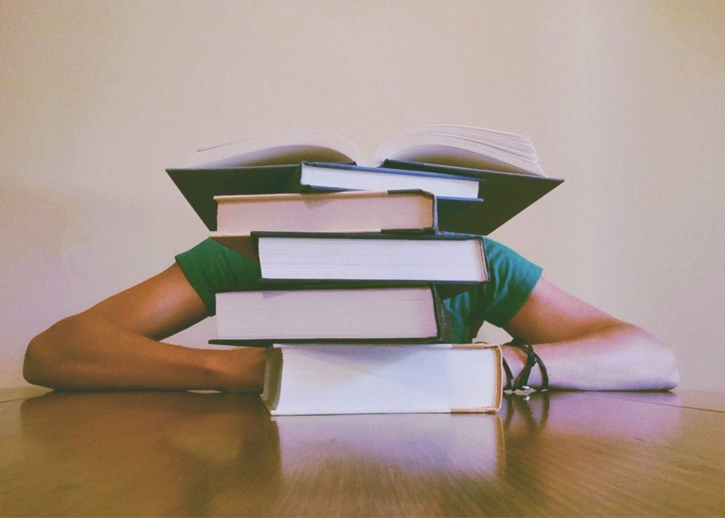 Sista terminen plugga mycket, böcker på ett bord
