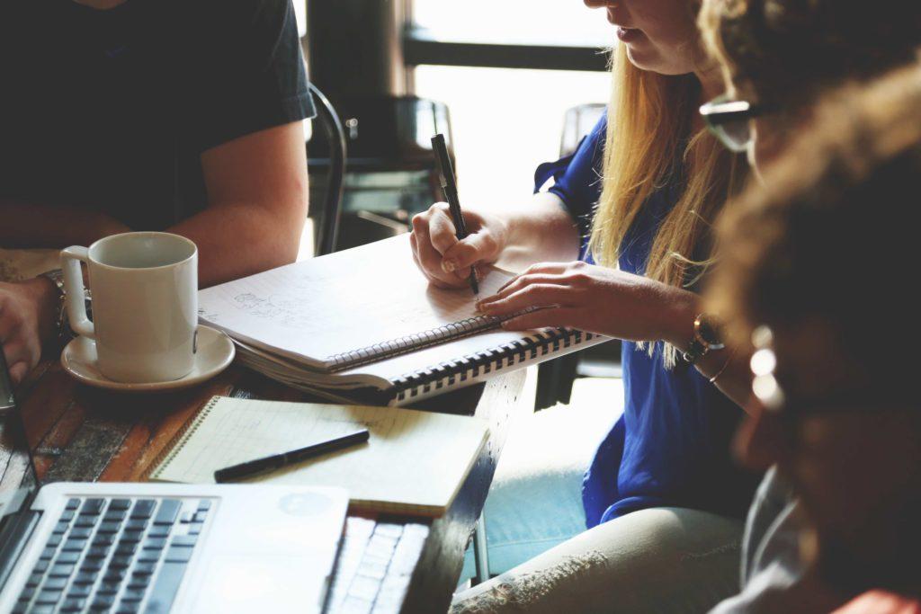 sista terminen, studenter som skriver i ett block vid ett bord