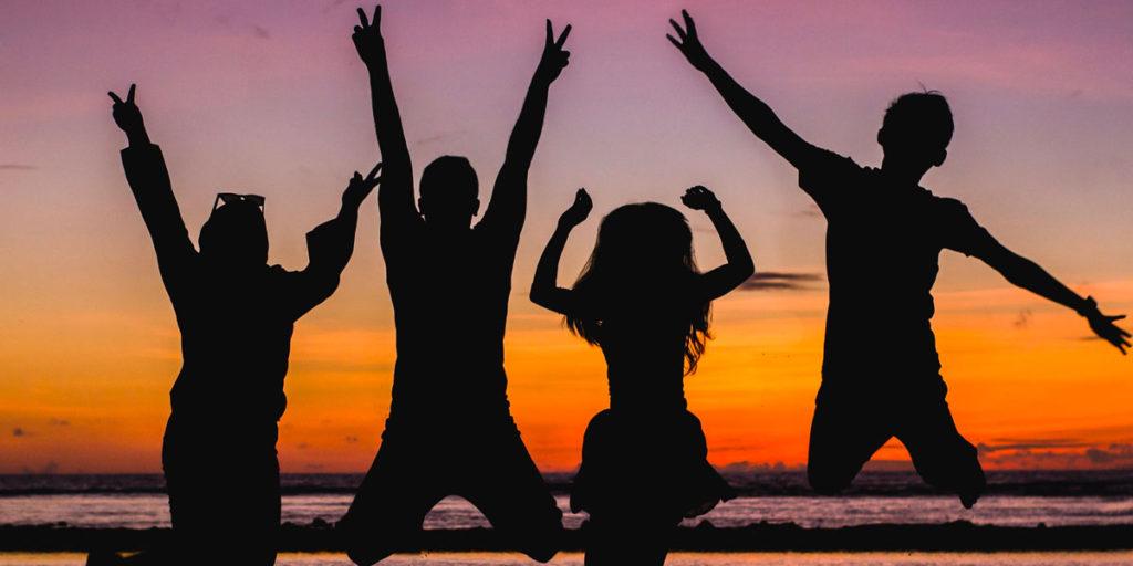 Glada ungdomar på sommarläger, vill du sommarjobba på läger?