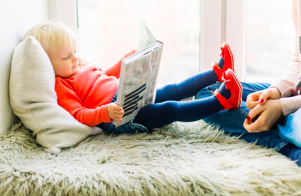 barnvaktsjobbet, glad unge som läser en bok