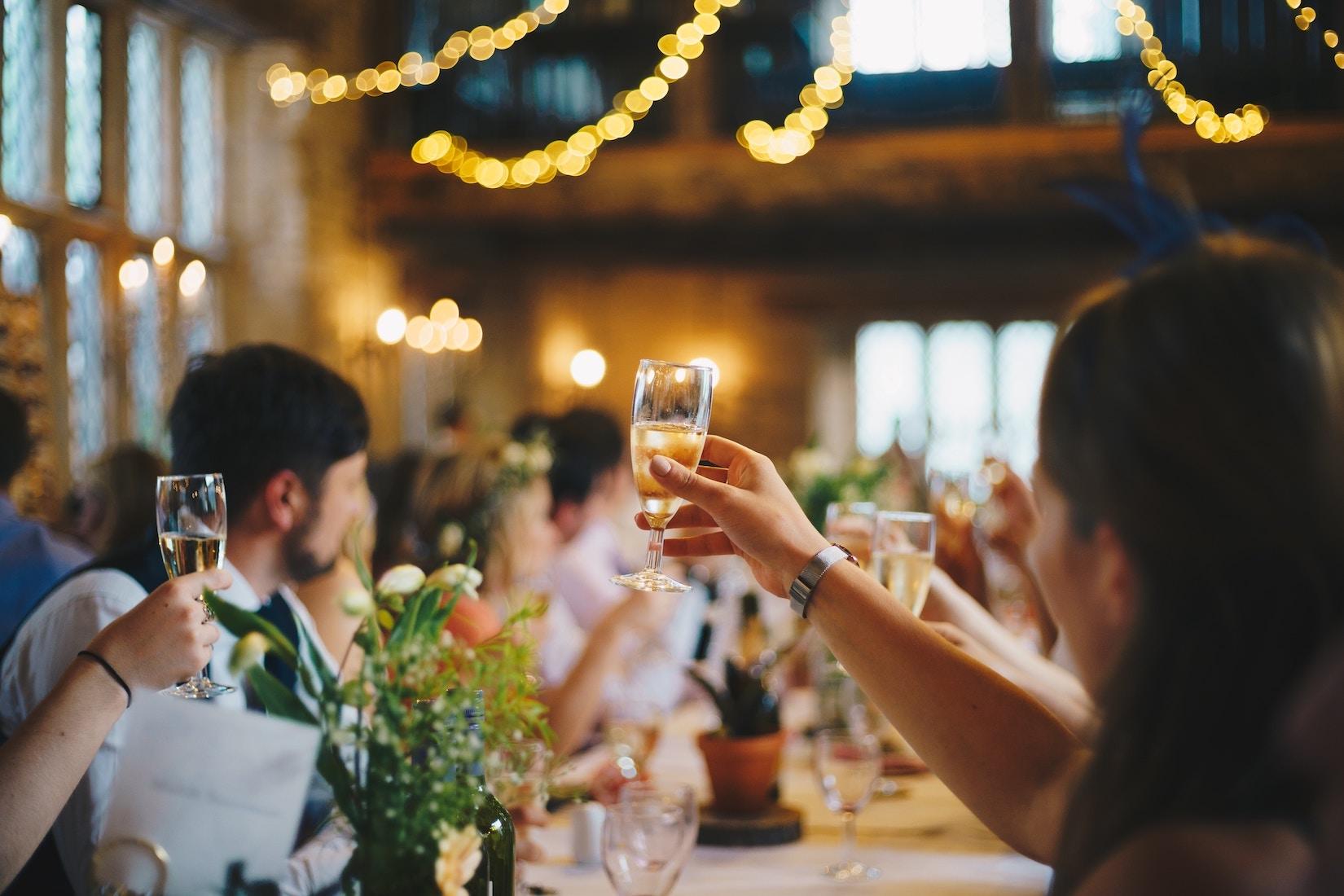 En bild på ett sällskap som avnjuter en måltid från en servis