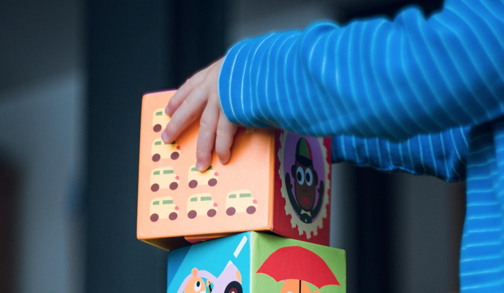närbild på barn som leker med klossar