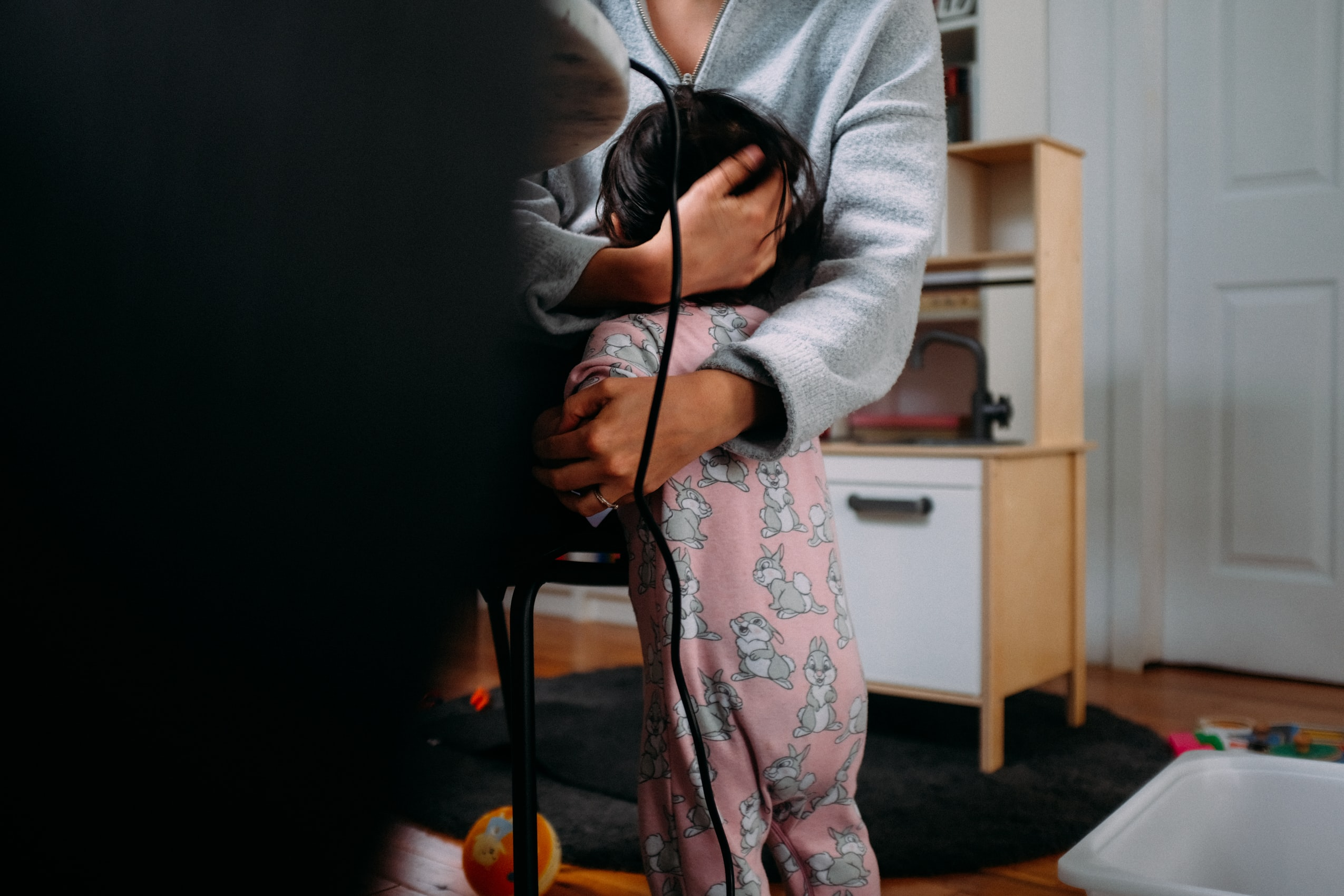 barn kramar om sin barnvakt