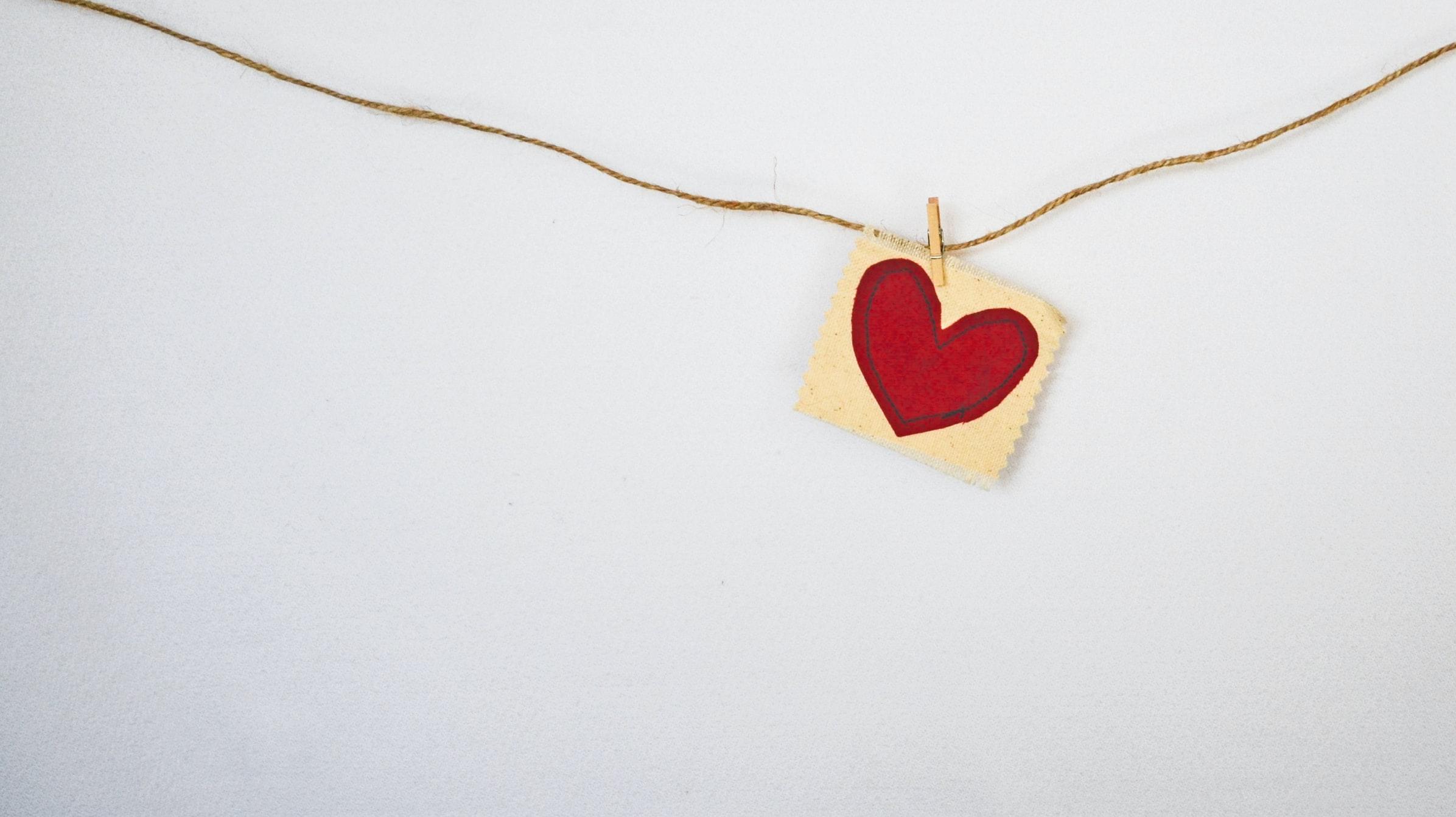 hjärta som sitter på ett snöre