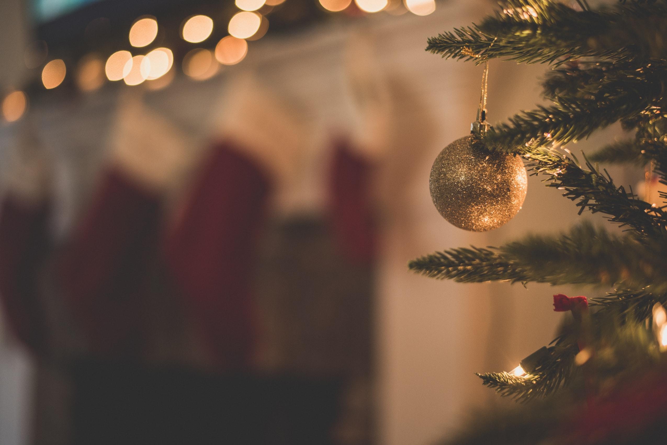 att pynta granen som denna är ett av våra bästa jullovstips med barn