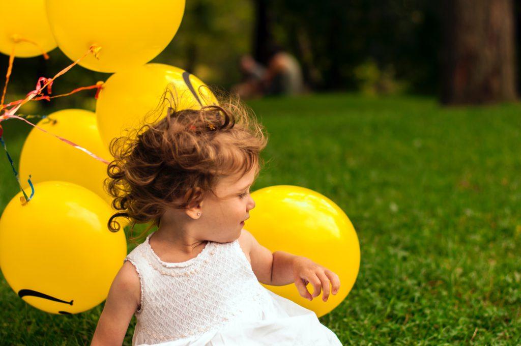 Flicka med ballonger - autism hos barn