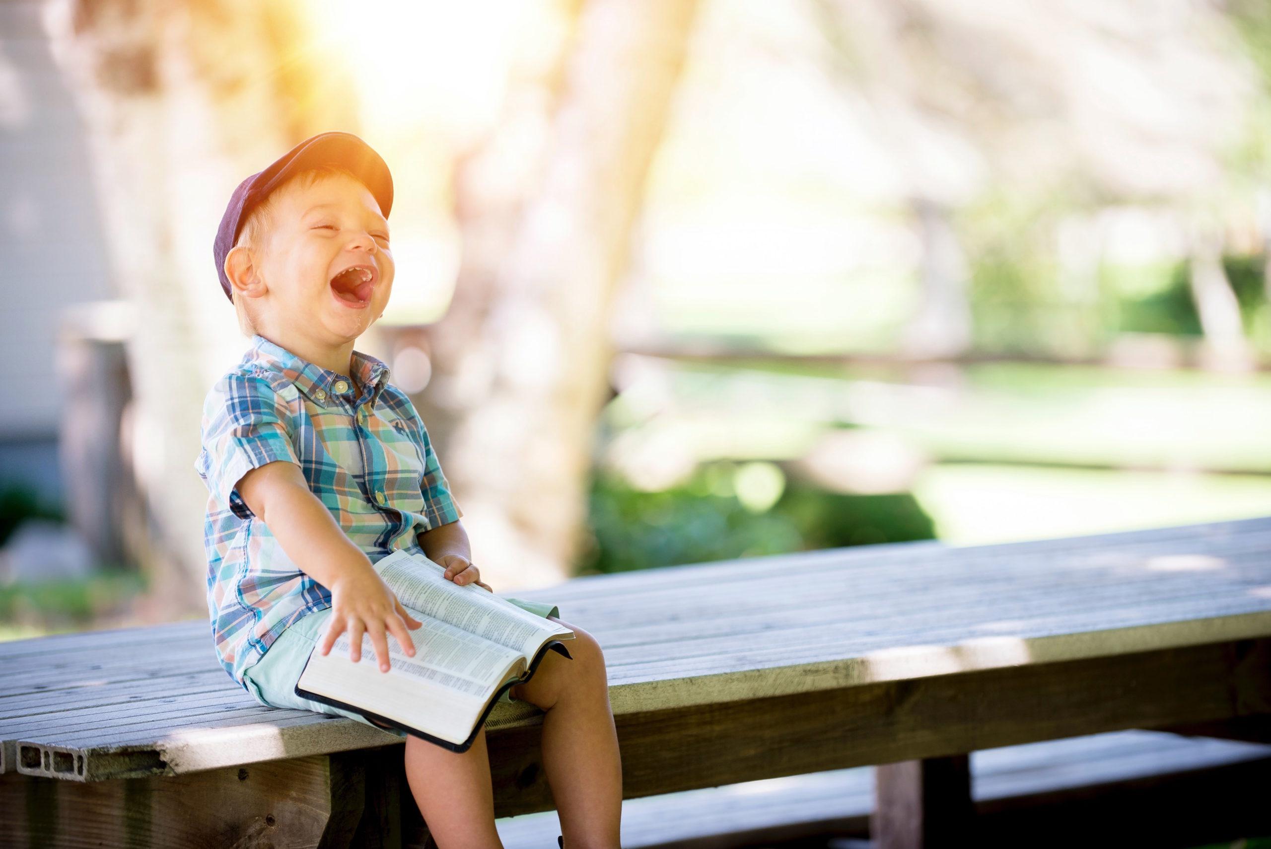 Skrattande barn - barns utveckling 1-2 år