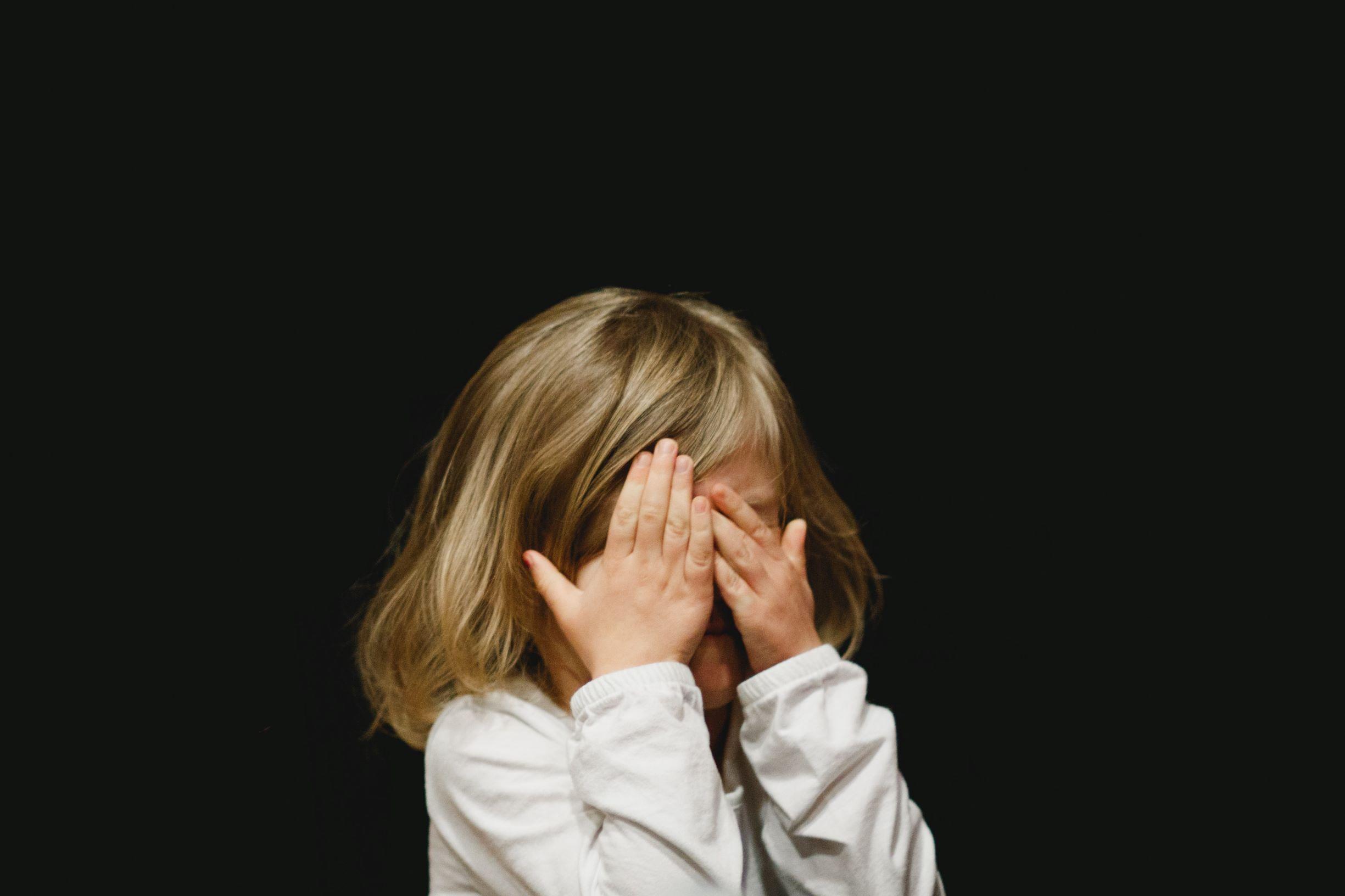 Flicka ont i ögat - ögoninflammation hos barn