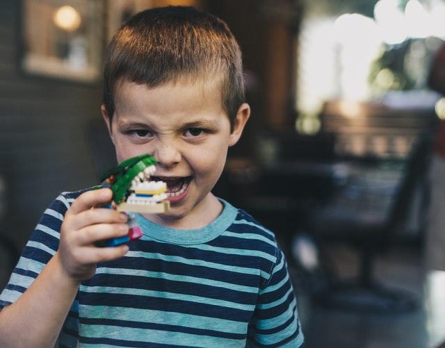 Pojke med leksak - autism hos barn