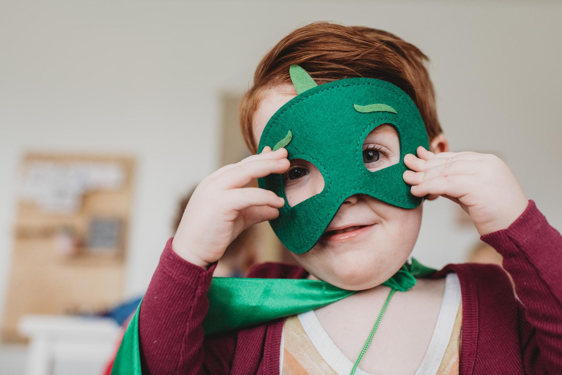 barn med mask - maskeradkläder för barn