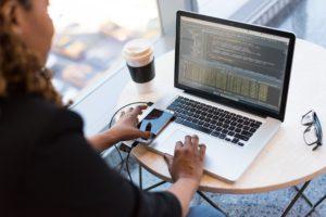 ett exempel på ett jobb för introverta, en programmerare eller en webbutvecklare