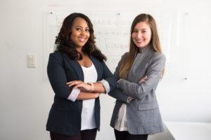 Två chefer i en PR-bild för ett företag som erbjuder jobb för introverta individer