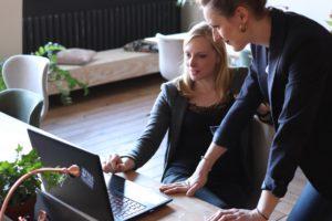 Två individer som söker jobb för introverta personer i deras umgängeskrets