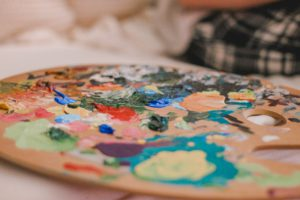 en paljett av färger som en konstnär använder vid målning av dukar, ett kreativt jobb som passar introverta personer likväl