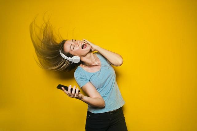 Tjej med hörlurar - lekar till fest