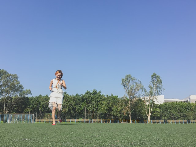 Springande flicka
