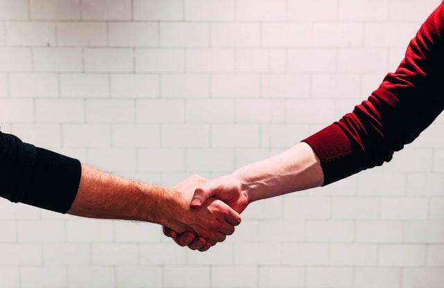 människor som skakar hand