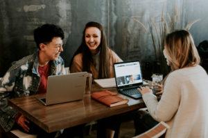 tre studenter som studerar fransk grammatik