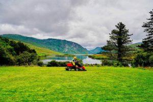 Yepstr tar in pengar. Idéen bildades av att Jacob Rudbäck undrade varför det ska vara så svårt att få hjälp med gräsklippning.
