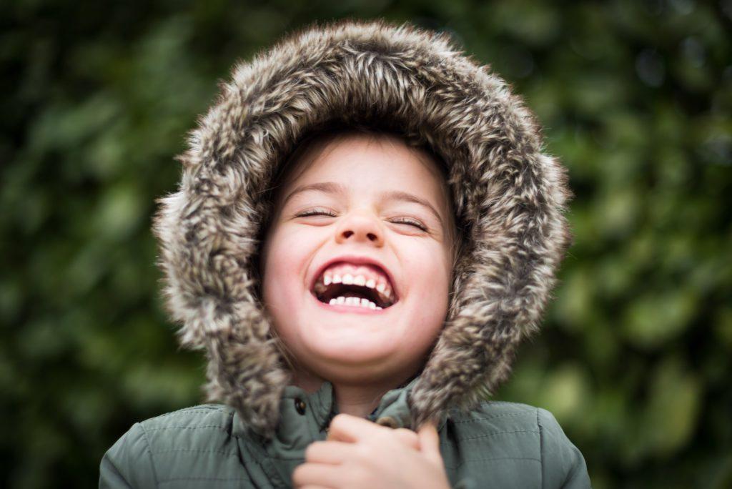 när börjar barn skratta?