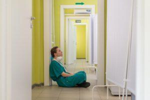 Vi behöver hjälpa våra sjuksköterskor, bilden visar en vilande sjuksköterska