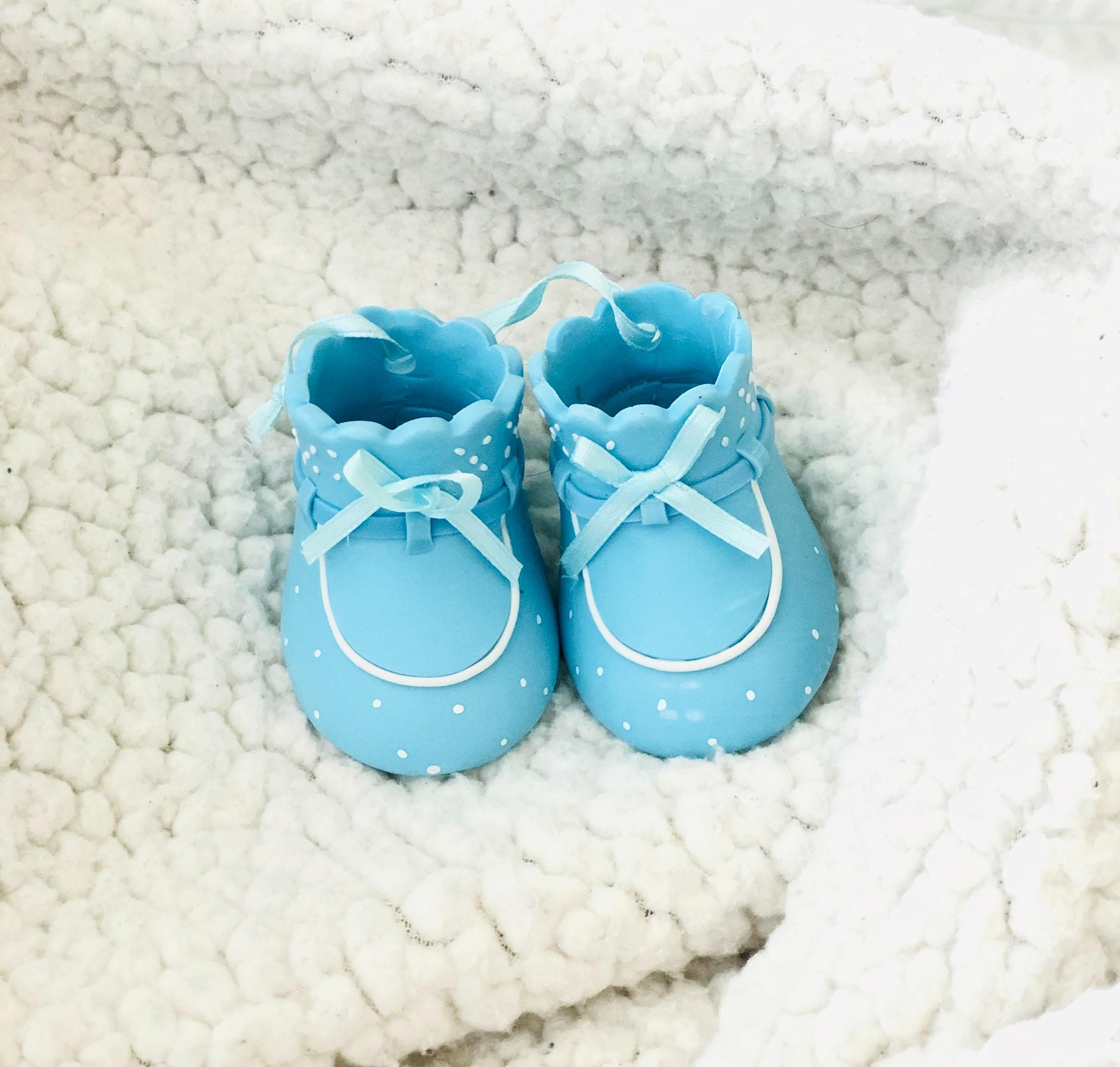 Ett par gulliga skor givna som en babyshower present