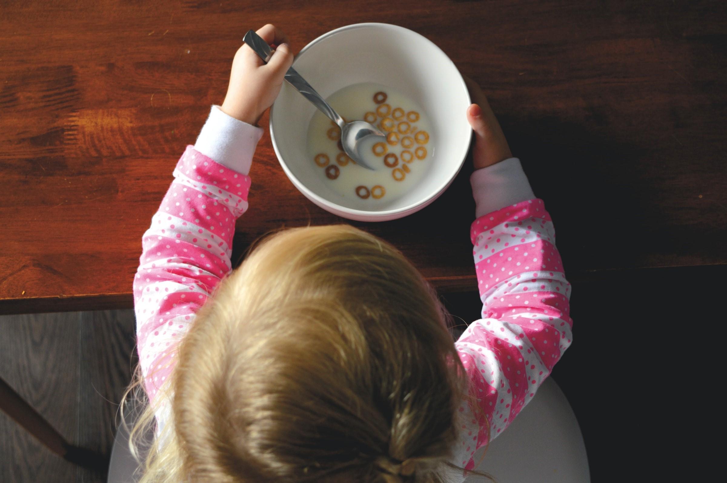 Mjölk och flingor är rolig mat för barn med formrika flingor