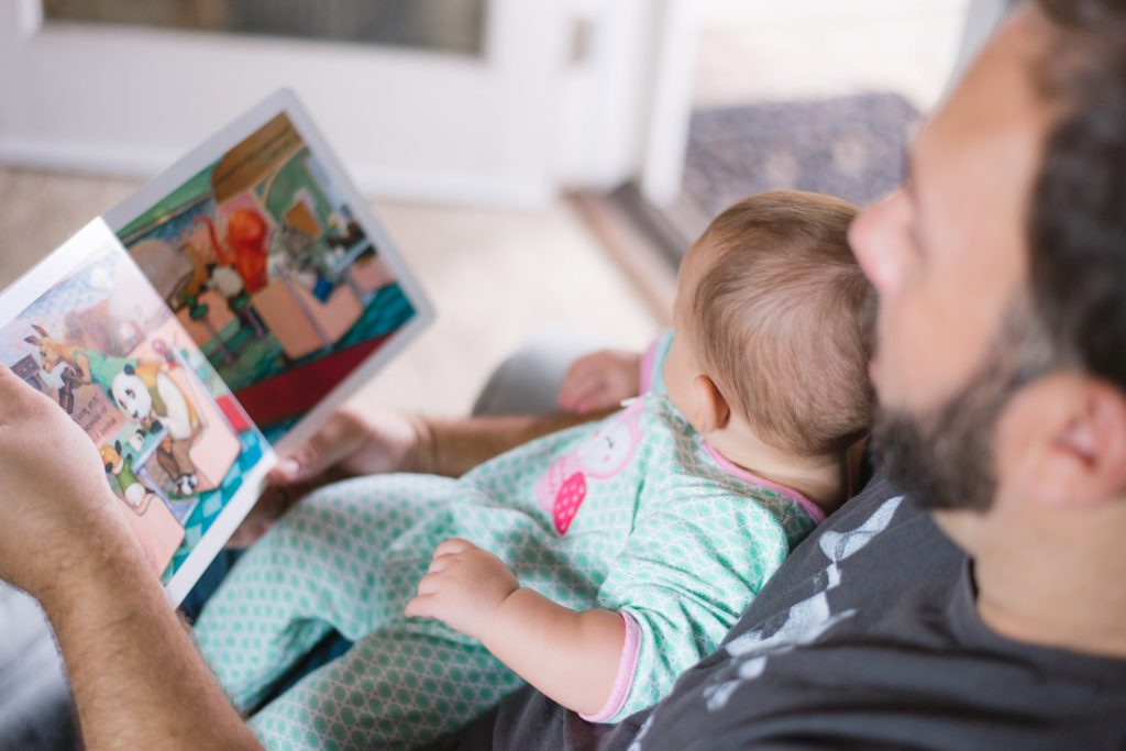 läsning i bildböcker med begränsat antal ord är superbra för små barns språkutveckling