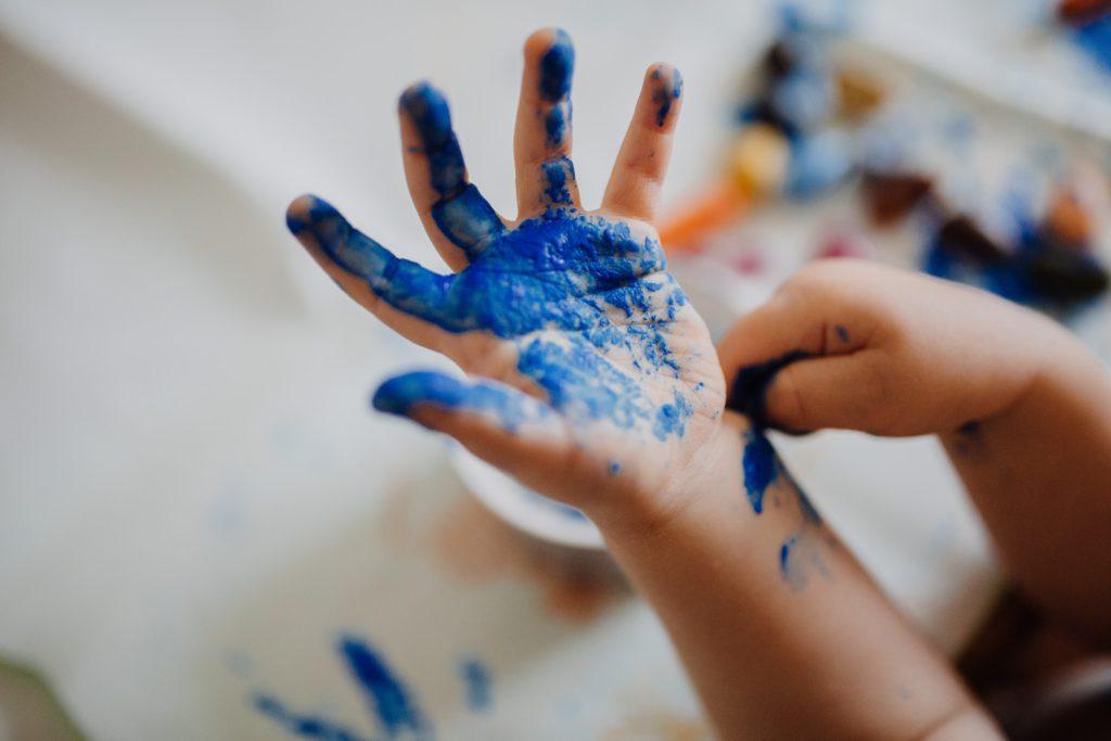 Handmålning kan vara ett roligt sätt att uppfostra ett barn