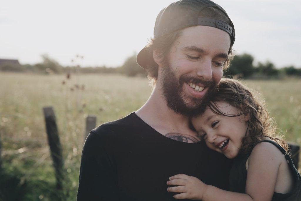 En pappa som är med sin äldre dotter efter hon fått ett syskon