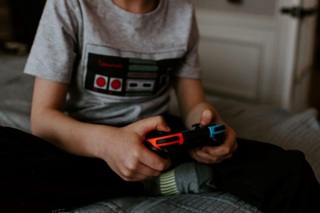 Ett barn som spelar på en switch