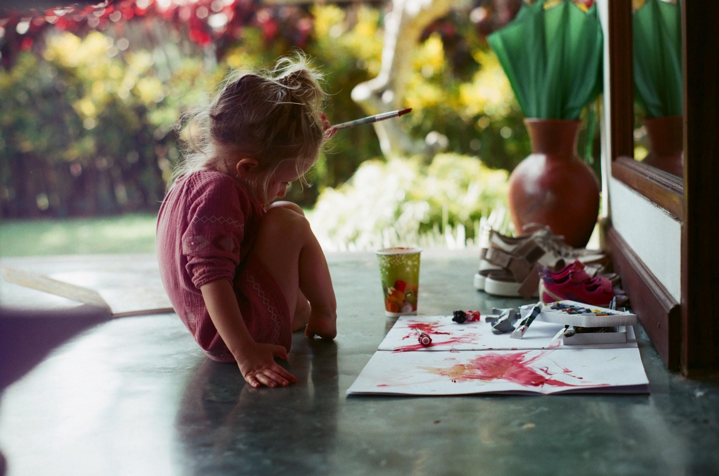 En liten unge som håller på med lämpligt pyssel för barn