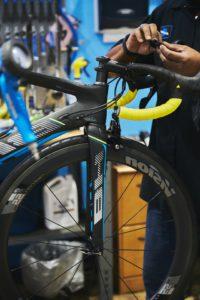 Yepstr och MIOO, bilden visar en person som lagar en cykel