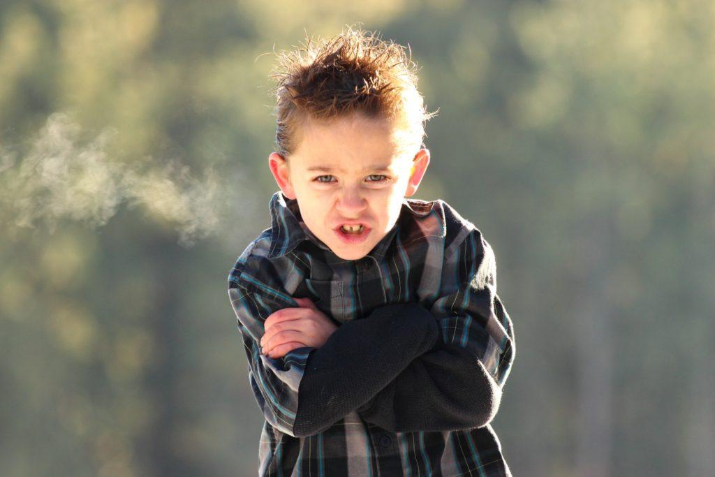 Arg pojke med ilsken min