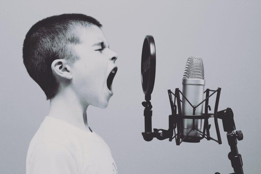 Ett utåtagerande barn kan behöva en hobby, som exempelvis sjunga