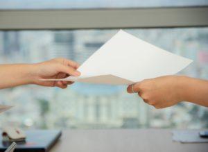 Yepstr tar fullt arbetsgivaransvar, bilden visar två händer som håller i samma papper