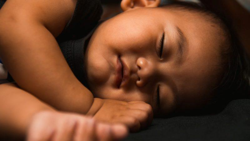 när slutar barn sova på dagen? långt ifrån spädbarnsålder, men det minskas övertid