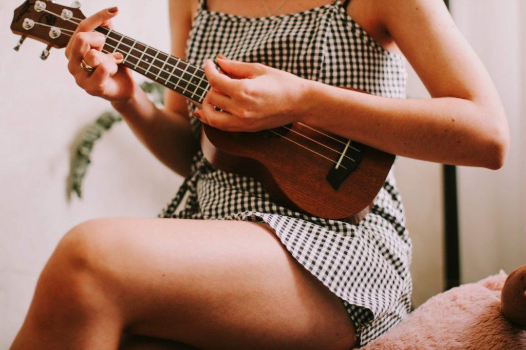 Ukulelespelande kan vara en sysselsättning för tjejer i puberteten