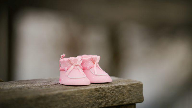 skor, kläder, säng? vad behöver man egentligen till en bebis?