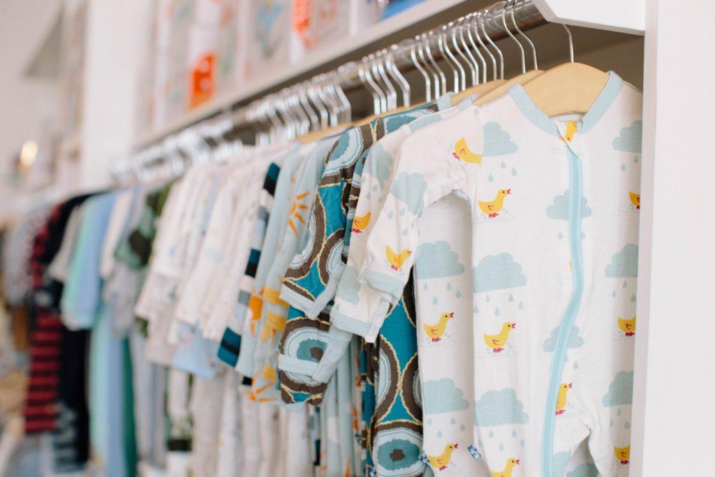bebiskläder är definitivt något som man behöver till en bebis, men vilka köper man?