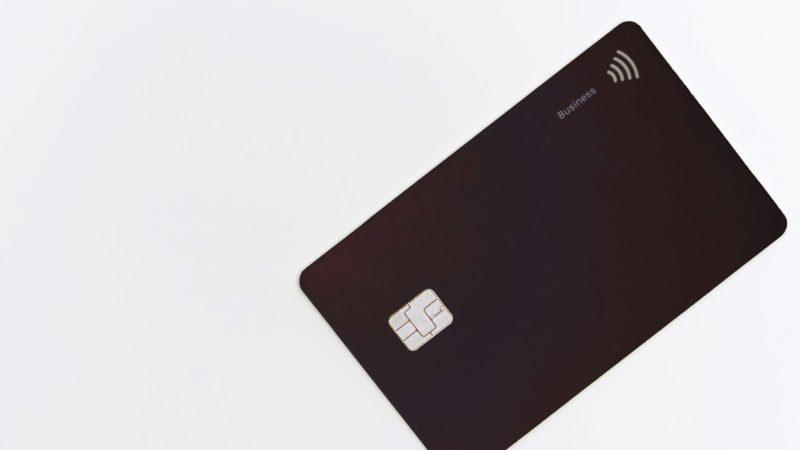 Ett bankkort för ett barn kan vara ett sätt att hålla koll på hur barnet spenderar sina pengar