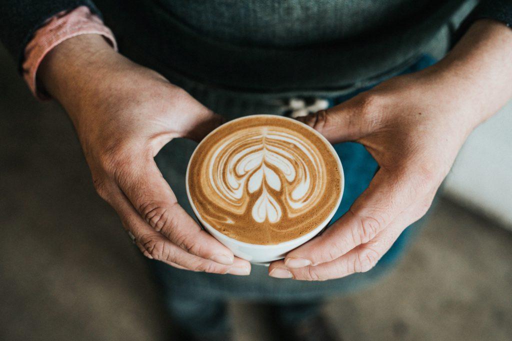 Är det okej att dricka kaffe när man är gravid?