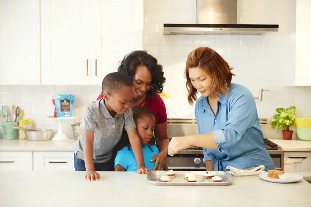 Att laga mat med barn brukar ofta vara kul både för föräldrar som för barn