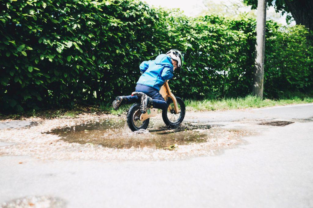 Lära barn cykla är både positivt kognitivt som fysiskt