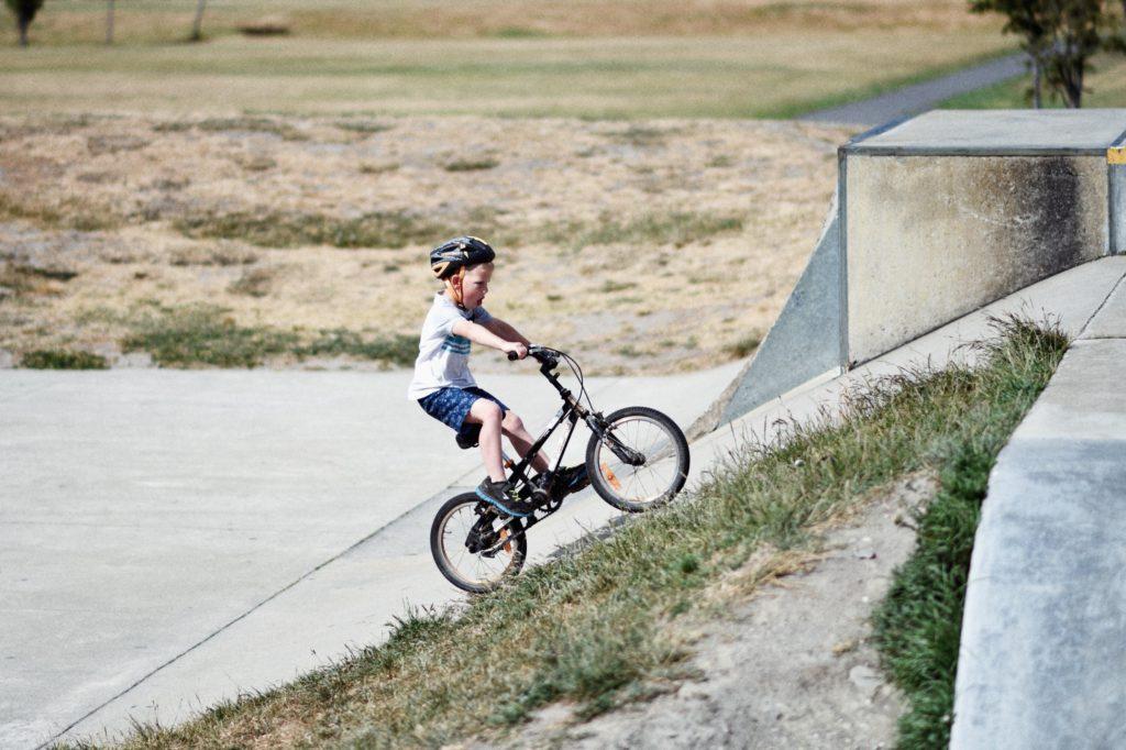 Barn som får lära sig cykla brukar vara glada